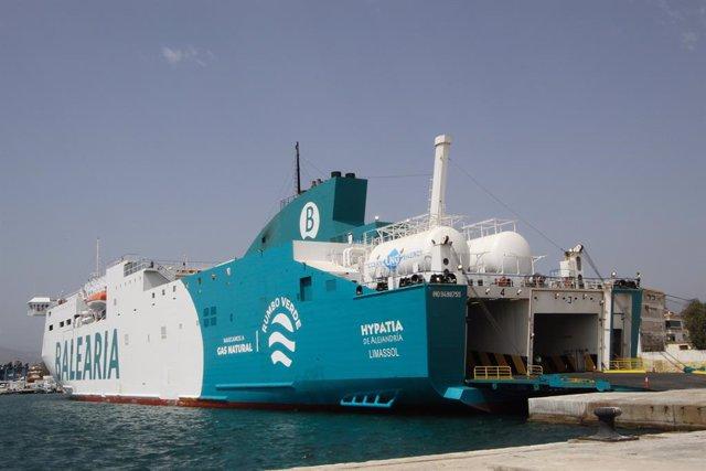 El buque de Balearia atracado en el Puerto de Motril (Granada)