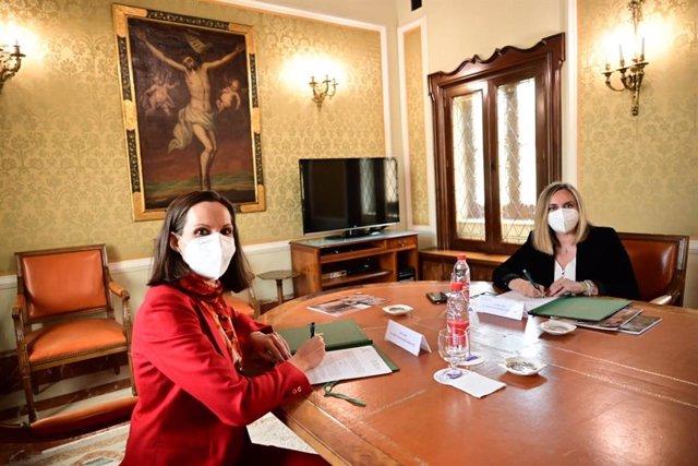 La decana del Colegio Notarial de Andalucía, Teresa Baena, y la consejera de Fomento, Marifrán Carazo