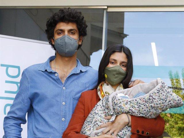 María de Jaime y Tomás Páramo salen del hospital con su hija Catalina en brazos