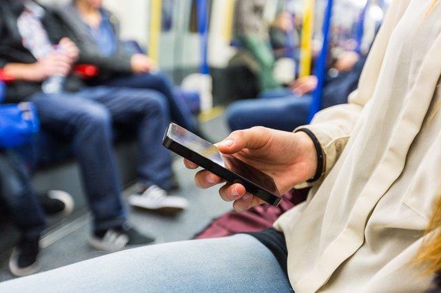 Archivo - Redes sociales. Estar con el móvil. Adicto al móvil.