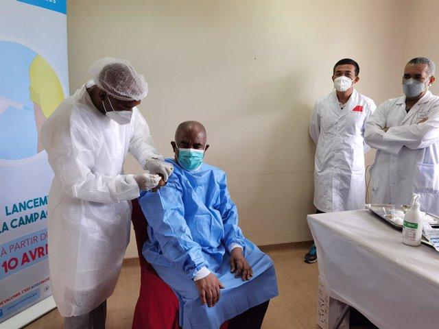 El presidente de Comoras, Azali Assoumani, recibe la primea dosis de la vacuna contra el coronavirus en el país.