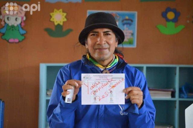 El excandidato presidencial indigenista ecuatoriano Yaku Pérez mostrando su voto nulo para la segunda vuelta de las elecciones en Ecuador