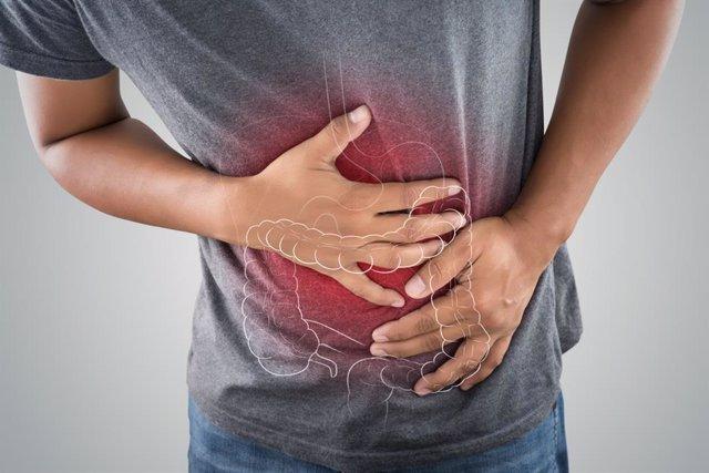 Archivo - Hombre con dolor de estómago e intestino.