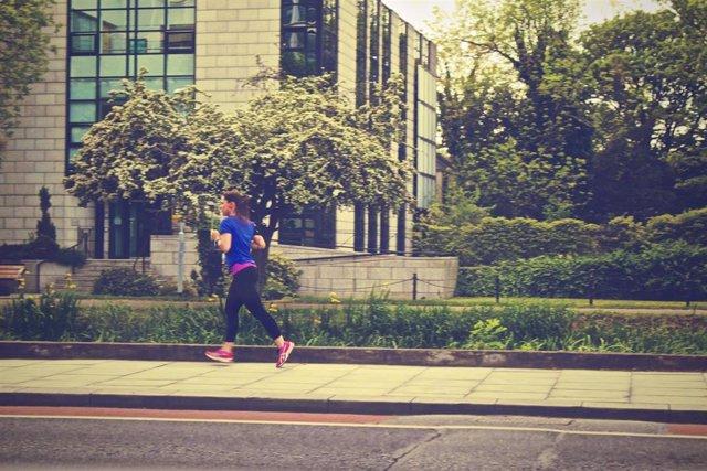 Archivo - Mujer corriendo, running