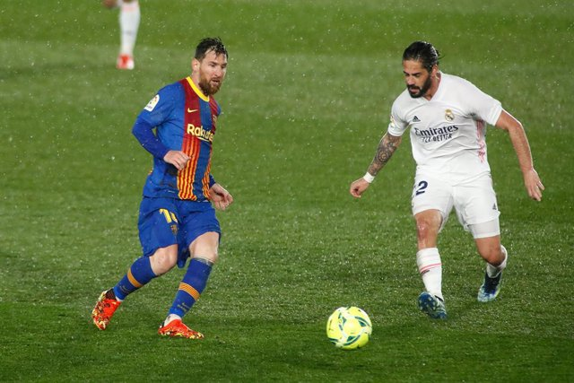 Leo Messi y Francisco 'Isco' Alarcón en el Clásico Real Madrid-FC Barcelona disputado en el Alfredo di Stéfano de la temporada 2020-21.