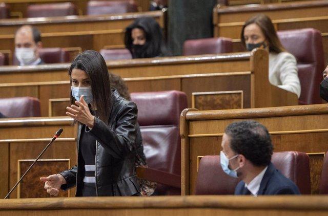 La presidenta de Ciudadanos, Inés Arrimadas, interviene durante una sesión plenaria en el Congreso de los Diputados junto al portavoz adjunto del grupo parlamentario, Edmundo Bal.