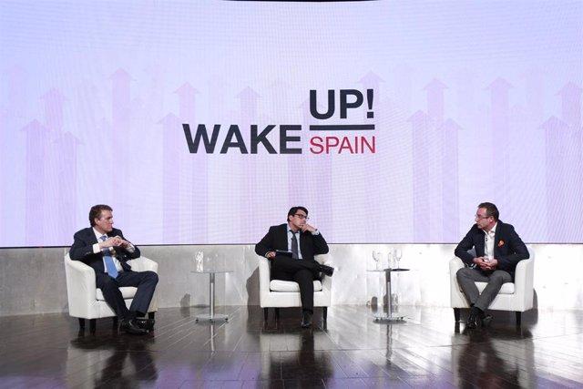 A la izquierda el consejero delegado de Vodafone España, Colman Deegan, y a la derecha el consejero delegado de Orange España, Jean-François Fallacher, debaten en el evento 'Wake Up Spain' organizado por Llyc y 'EL Español'