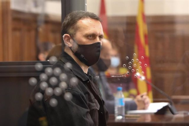 El acusado Norbert Feher, alias 'Igor el Ruso' declara en una cabina de cristal blindada, en la Audiencia Provincial de Teruel, por el triple crimen