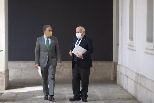 El consejero de la Presidencia, Elías Bendodo (i), y el consejero de Salud y Familias, Jesús Aguirre (d) en una foto de archivo.