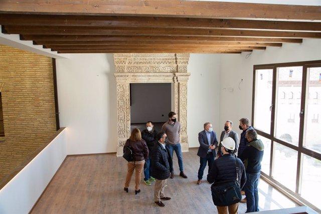 El presidente de la Diputación de Zaragoza visita la rehabilitación de la Casa de las Conchas de Borja.
