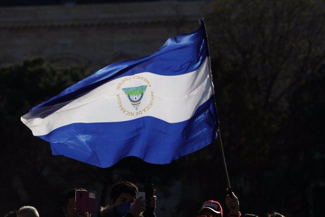 Archivo - Imagen de archivo de bandera de Nicaragua.