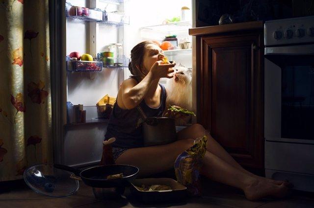 Archivo - Atracón, comer, nevera, bulimia