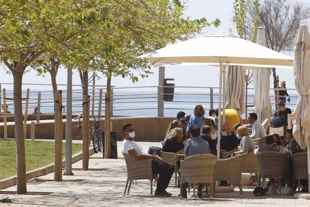 Varias personas en la terraza de un bar, a 11 de abril de 2021, en Mallorca, Islas Baleares (España). Este domingo ha comenzado la prórroga del cierre del interior de bares y restaurantes en Mallorca. La medida se ha prorrogado justo cuando terminan las r