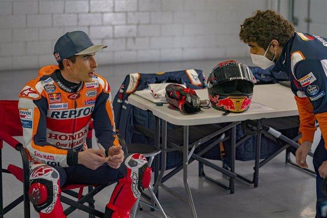 El piloto de MotoGP Marc Márquez (Repsol Honda) charla con su jefe de mecánicos Santi Hernández