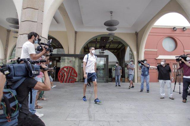 Archivo - Uno de los 33 miembros del CF Fuenlabrada que ha recibido el alta epidemiológica abandona el hotel NH Finisterre donde permanecerán confinados los 13 jugadores restantes del equipo hasta recibir también el alta tras los controles rutinarios, en