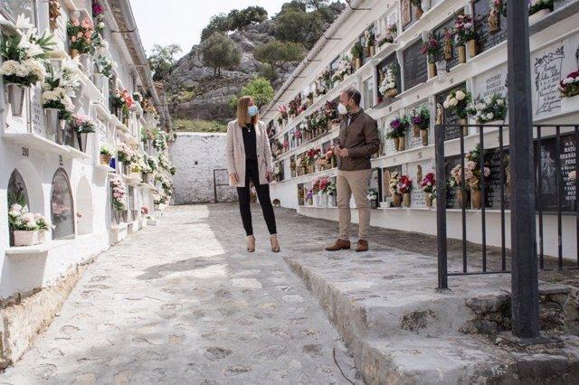Ana Carrera con el alcalde de Grazalema en el cementerio de la localidad