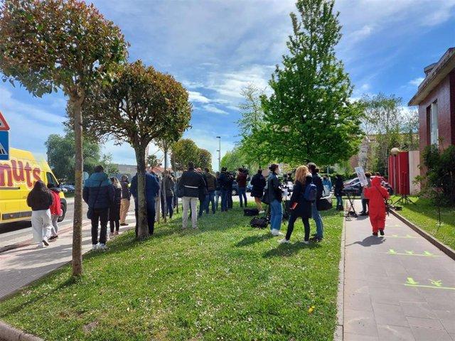 Protstat de hosteleros junto al centro de salud donde se ha vacunado el presidente Miguel Ángel Revilla contra el Covid