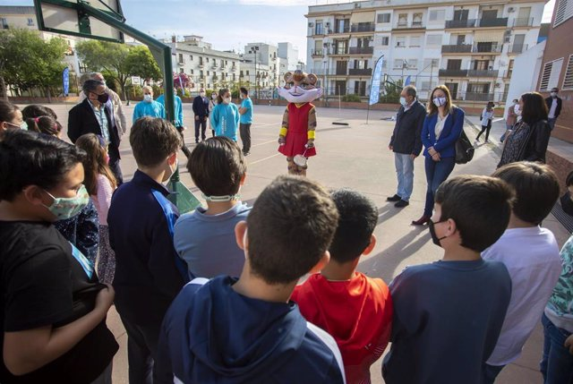 Alumnos del CEIP García Lorca conocen a la mascota Onuba del Mundial de Bádminton.