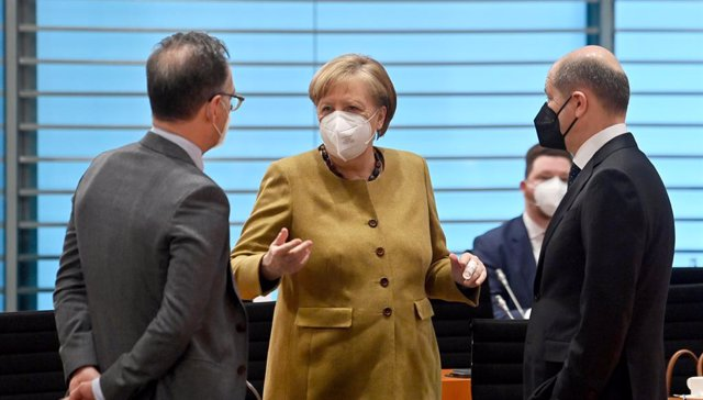 13 April 2021, Berlin: German Chancellor Angela Merkel (C)talks with German Foreign Minister Heiko Maas (L)and Finance Minister Olaf Scholz during a cabinet meeting at the Federal Chancellery. The German Cabinet has approved a new set of national rules