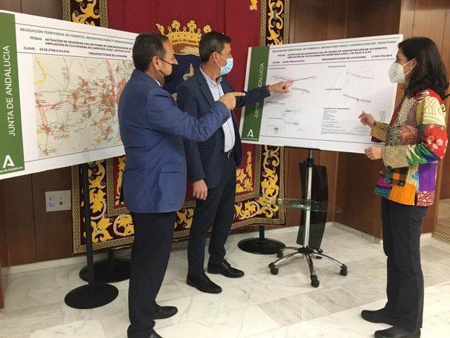 Ricardo Sánchez, el alcalde de Pilas y Susana Cayuelas examinan el proyecto