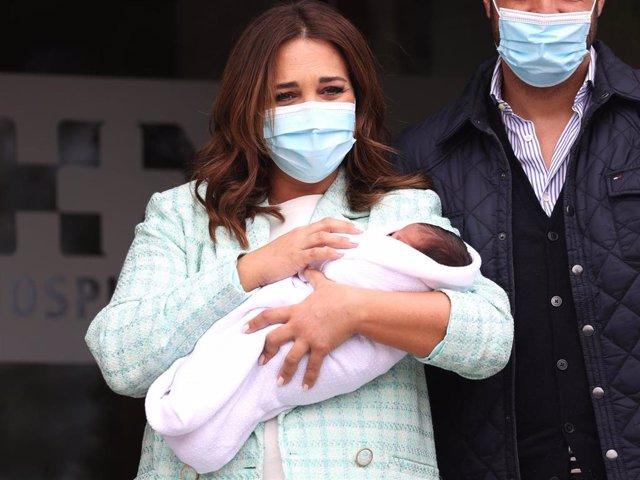 Paula Echevarría, muy emocionada con su hijo Miguel en brazos