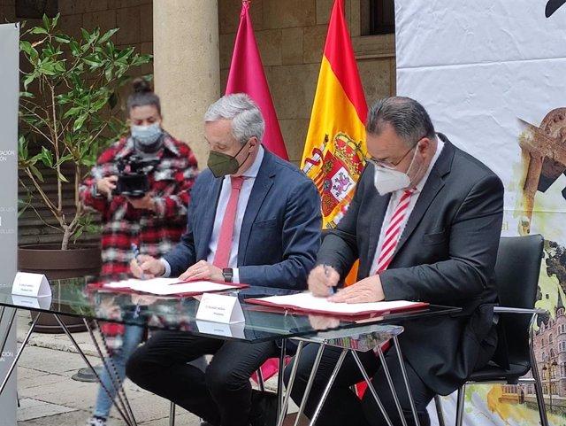 El presidente de la Diputación de León, Eduardo Morán, en la firma del acuerdo con Carlos Garrido, presidente de CEAV para que la capital acoja la VI Cumbre Mundial de Asociaciones de Agencias de Viajes.