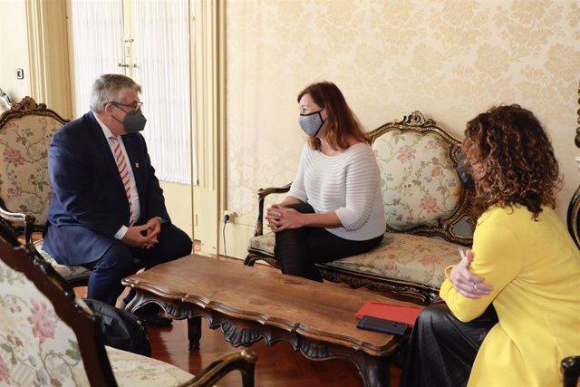 La presidenta del Govern, Francina Armengol, y la consellera de Hacienda y Relaciones Exteriores, Rosario Sánchez, en la audiencia al cónsul general de Suiza en Barcelona, Beat Kaser.