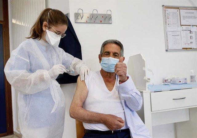El presidente de Cantabria, Miguel Ángel Revilla, recibe la primera dosis de la vacuna contra el Covid en el centro de salud de El Astillero