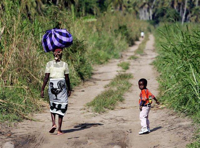 Archivo - Una mujer y su hijo en Mozambique