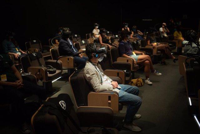 Archivo - Espectadores observan a través de gafas de realidad virtual la presentación del filme inmersivo 'Symphony' en CosmoCaixa (Barcelona)