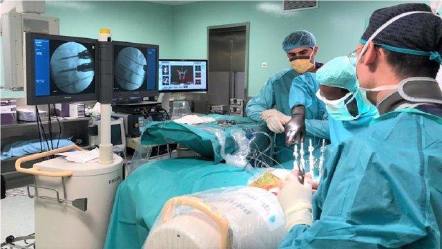 Operación de espalda, quirófano.