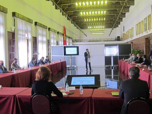Reunión en el Ayuntamiento de Zaragoza con expertos y científicos de la Universidad de Zaragoza en la que han analizado propuestas de medición de la calidad del aire para evitar nuevos contagios de la COVID-19.