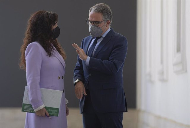 El consejero de la Presidencia, Elías Bendodo (d), y la consejera de Igualdad, Rocío Ruiz (i) a su llegada a la rueda de prensa posterior al Consejo de Gobierno de la Junta de Andalucía. En Sevilla, (Andalucía, España), a 13 de abril de 2021.