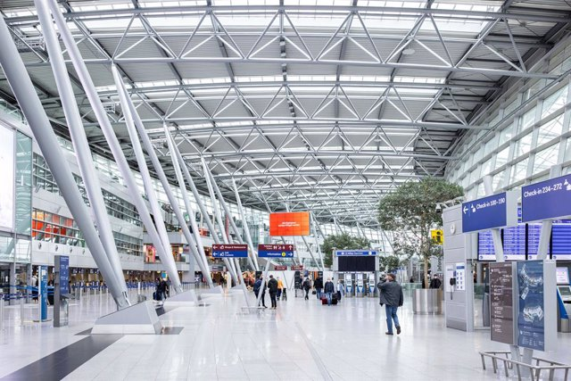 11 April 2021, North Rhine-Westphalia, Duesseldorf: People walk through the main hall of Duesseldorf Airport. Today is the 25th anniversary of the fire disaster at Duesseldorf Airport. On 11 April 1996, 17 people died and 88 were injured in the most serio