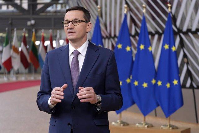 Archivo - Mateusz Morawiecki habla ante la prensa en Bruselas