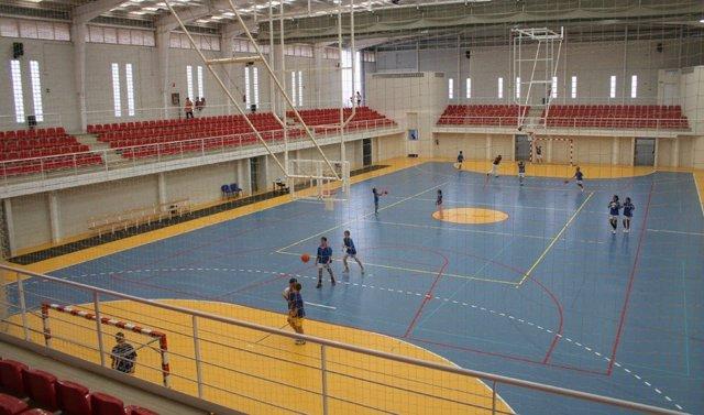 Niños practicando deporte en el pabellón deportivo de Níjar (Almería)