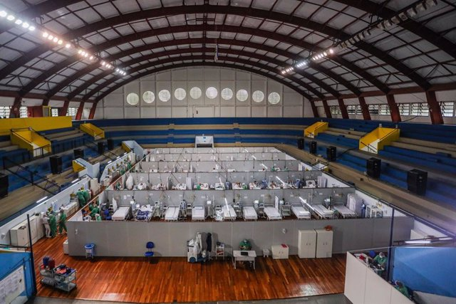 06 April 2021, Brazil, Santo Andre: People infected with coronavirus receive treatment the COVID-19 wards of a field hospital built inside an indoor arena. Photo: Vanessa Carvalho/ZUMA Wire/dpa