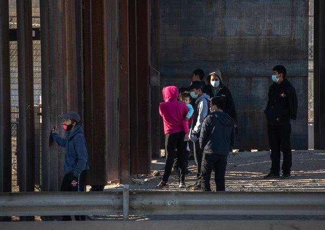 Migrantes intentado cruzar la frontera de México a Estados Unidos