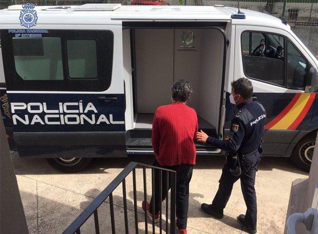 Momento de la detención del hombre que había golpeado con un palo a su compañero de piso en Palma.