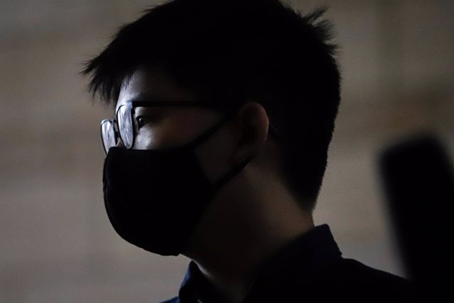 Archivo - 23 November 2020, China, Hong Kong: Pro-democracy activist Joshua Wong arrives at the West Kowloon Magistrates' Courts for a court hearing for charges in connection with a protest outside police headquarters in June 2019. Joshua Wong pleaded gui