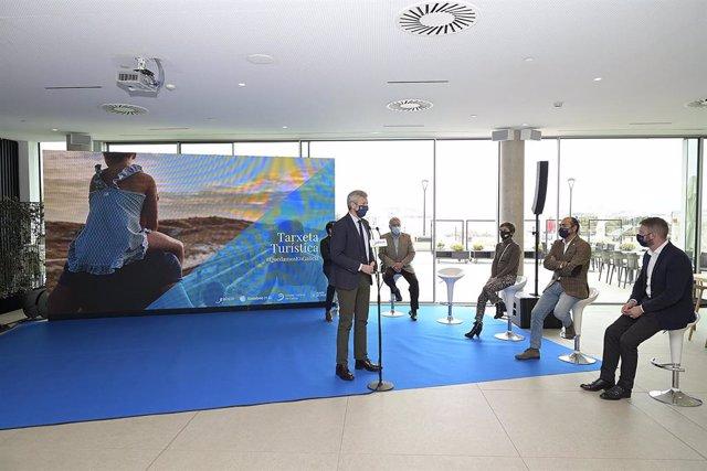 El vicepresidente primero de la Xunta, Alfonso Rueda, presenta el bono turístico '#QuedamosenGalicia', junto a otras autoridades, en un hotel de Oleiros (A Coruña)