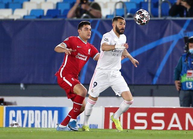 Ozan Kabak persigue a Karim Benzema en el Real Madrid-Liverpool de ida de los cuartos de final de la Liga de Campeones 2020-2021