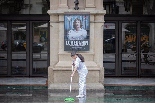 Archivo - Arxiu - Una dona neteja la porta del Gran Teatre del Liceu de Barcelona.
