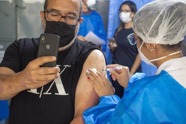 Una persona inmortaliza el momento en el que es vacunado contra el coronavirus.