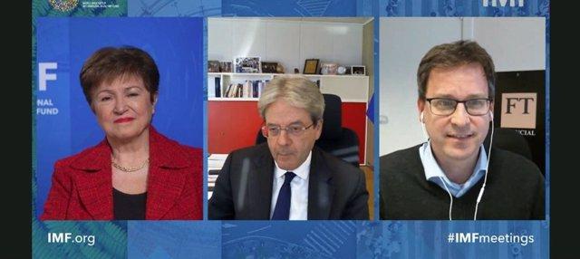 La directora gerente del FMI, Kristalina Georgieva, comparte un acto con el comisario económico de la UE, Paolo Gentiloni (en el centro de la imagen)