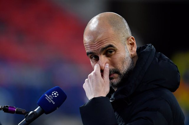 16 March 2021, Hungary, Budapest: Manchester City manager Pep Guardiola goves an interview before the start of the UEFA ChampionsLeague round of 16 second leg soccer match between Manchester City and Borussia Moenchengladbach at Puskas Arena. Photo: Marto