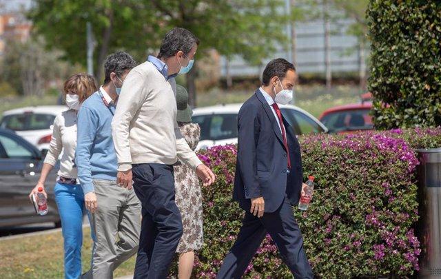 Un grupo de personas entra en  la sede de Abegoa de Sevilla, donde agentes de la Guardia Civil han realizado un registro