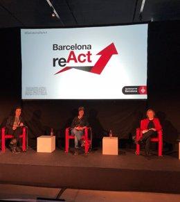 La comissionada per a la Promoció de l'Ocupació i Polítiques contra la precarietat laboral de Barcelona, Raquel Gil; la investigadora del Grup de Recerca de Gènere i TIC, Lidia Arroyo; i la gerent municipal de Barcelona, Sara Berbel.