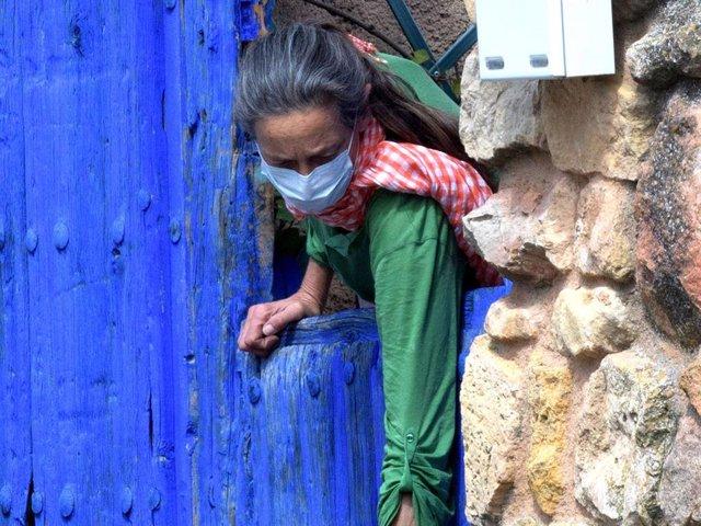 Archivo - Paola Dominguín, con mascarilla, recoge un paquete enviado a la casa de Lucía Bosé tras el fallecimiento de su madre, en Brieva
