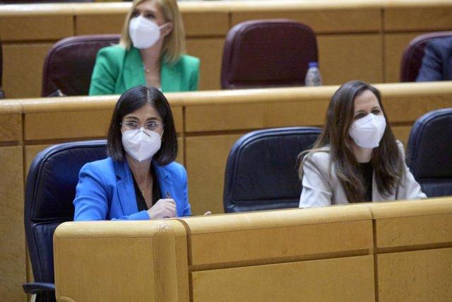 La ministra de Sanidad, Carolina Darias (i), y la ministra de Derchos Sociales y Agenda 2030, Ione Belarra (d), durante una sesión de control al Gobierno en la Cámara Alta, a 13 de abril de 2021, en Madrid (España). Este martes el Ejecutivo se enfrenta en